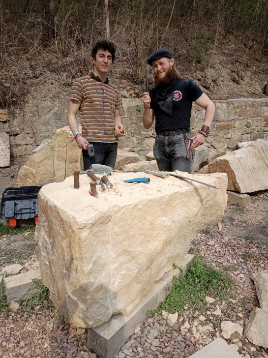 Trhání a formátování kamenných bloků na nádvoří Zámečku